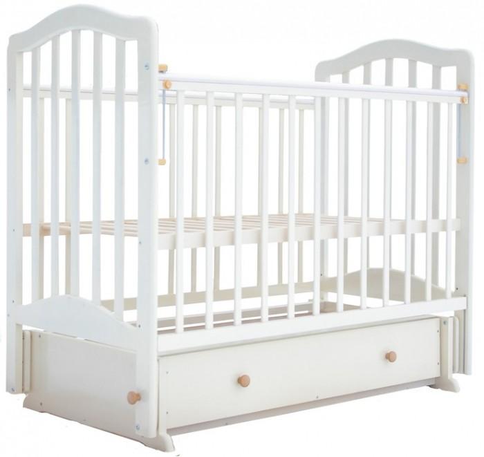 Детская кроватка Лаура 5 с ящиком маятник поперечный5 с ящиком маятник поперечныйДетская кроватка Лаура 5 с ящиком маятник поперечный имеет компактные размеры и проста в сборке. Приятно удивит мам большой объем выдвижного ящика. Здесь поместятся и детское белье, и детские вещи. Вам не понадобится покупать и устанавливать дополнительный комод, а это – экономия и средств и драгоценного пространства.   Реечное ложе кроватки детской Лаура-5 соответствует всем требованиям безопасности и комфортно для детского позвоночника. Эта модель оснащена поперечным маятниковым механизмом, что дает ей эффект колыбельки-качалки.  Особенности: легка и компактна при транспортировке скругленные углы покрытие: гипоаллергенные лаки может трансформироваться в диванчик два уровня ложа дно ортопедическое реечное выдвижной закрытый ящик снабжена маятниковым механизмом поперечного качания с фиксатором<br>