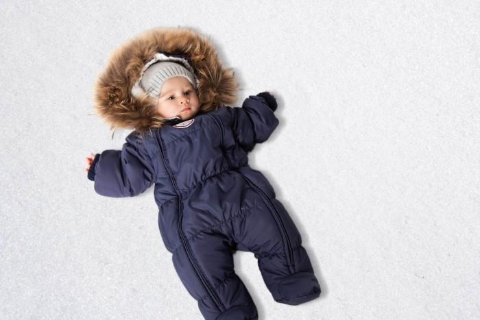 Lucky Child Комбинезон детский В1-2Комбинезон детский В1-2Lucky Child Комбинезон детский В1-2  Неважно, будет ли Ваш кроха спать всю прогулку или пойдёт разглядывать снег, ему будет удобно в этом тёплом и лёгком комбинезоне.   Сверху – качественная курточная ткань с влагостойкой пропиткой, внутри – наполнитель Isosoft и трикотажная подкладка с воздухопроницаемыми и водоотводными свойствами.   Подходит для прогулок при температуре при температуре до -30°.   Удобная двойная молния позволяет легко одеть и раздеть ребёнка или просто поменять подгузник и продолжить прогулку.   Ручки младенца можно легко спрятать в отворачивающуюся «варежку». Капюшон оторочен натуральным мехом енота.   Состав: Утеплитель изософт 300 г, внутри подкладка - кулирка-хлопок 100%, мех натуральный енот, верхняя ткань полиэстер 100%  Ручная стирка при 30 градусах/не отбеливать/не отжимать, сушить в вертикальном положении<br>