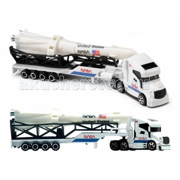 Majorette Машинка-транспортёр SmobyМашинка-транспортёр SmobyТранспортер Majorette Smoby - большая и сильная машина, она перевозит разные крупногабаритные и тяжёлые грузы, в том числе - даже яхты и ракеты!  В набор входит входит модель грузовика с огромной погрузочной платформой и в зависимости от комплектации, вертолет, катер, ракета и т.д.   Длина 20 см<br>