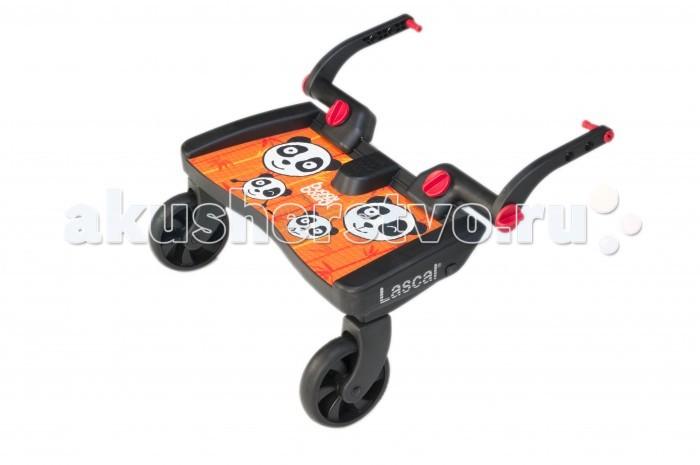 Lascal Приставка для второго ребенка к коляске МаксиПриставка для второго ребенка к коляске МаксиПодножка для второго ребенка LASCAL BuggyBoard Maxi –универсальная подножка, подходит практически для всех колясок и легко крепится без применения дополнительных инструментов.  Отличительной особенностью LASCAL BuggyBoard Maxi является удобство при движении, как для ребенка, так и для родителей. Удлиненная площадка для ног позволит Вашему малышу удобно стоять на подножке во время движения.  Характеристики:  подножка предназначена для детей от 2 лет максимально допустимый вес ребенка 20 кг большие колеса с амортизацией смягчают ход по неровным поверхностям широкая площадка с бортиками безопасности и нескользящим покрытием закрепить подножку можно к вертикальной оси любой формы или к раме коляске (шириной 30-51 см и диаметром до 15 см ) регулируется высота и ширина крепления подножку можно легко пристегнуть с помощью ремня к коляске, чтобы не мешала, если она не нужна  Вес с упаковкой: 2,7 кг  Габариты упаковки: 45x25х11см<br>