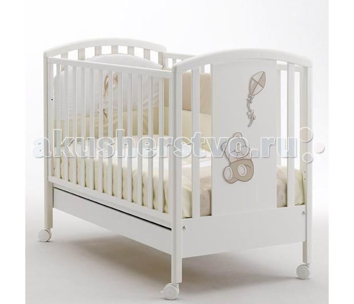 Детская кроватка MIBB AquiloneAquiloneИтальянская компания Mibb любит ваших детей также сильно, как Вы! Поэтому каждое их изделие выполнено с особым трепетом и вниманием к деталям. Детская кроватка Mibb Aquilone сделана из массива бука.  За счет применения этого экологически чистого и прочного материала кровать сохранит первозданный вид и прослужит Вам долгие годы. Идеально отполированные детали Mibb Aquilone обработаны нетоксичными лаками и красками.  Высококачественное покрытие, обладающее защитными и декоративными свойствами, устойчиво к внешним воздействиям. Лакокрасочные материалы безопасны для здоровья вашего ребенка и не вызывают аллергических реакций.  Mibb Aquilone не имеет острых углов, что, безусловно, повышает безопасность эксплуатации кровати. Кроха не узнает, что такое ссадины и ушибы. Благодаря глянцевому покрытию малыш не получит ни одной занозы.  Mibb Aquilone оборудована четырьмя колесами, два из которых имеют фиксаторы. Вращающиеся колеса помогают перемещать кроватку по комнате, а фиксирующий механизм позволяет ей оставаться неподвижной.  Ортопедическое ложе из деревянных реек позволяет поддерживать позвоночник ребенка в анатомически правильном положении. Дно можно отрегулировать в двух положениях по высоте. Фасады кроватки сделаны из ламинированного МДФ.  В кровати Mibb есть вместительный ящик из ДСП для хранения белья и игрушек. Спинки кроватки декорированы аппликациями в виде плюшевого медвежонка, запускающего воздушного змея.  Спокойные цвета в сочетании с плавными линиями придают Mibb Aquilone удивительную нежность.  Размер матраса в кроватку: 125х65 см. Внешние габариты (Длина х Ширина х Высота): 132 х 73 х 103 см.<br>