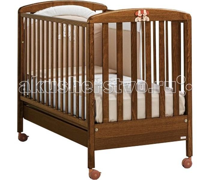Детская кроватка MIBB DadoDadoКлассическая детская кроватка из коллекции Mibb Dado выполнена в цвете натурального дерева и подходит для детей от рождения и до 3-х лет.  Кроватка из натуральных природных материалов несомненно заслуживает внимания родителей с консервативным вкусом.  Гладко отполированная поверхность кроватки с плавными обтекаемыми формами не имеет острых углов и безопасна для подрастающего ребенка.  Ложе устанавливается в 2-ух положениях по высоте в зависимости от возраста ребенка. Опускающийся бортик позволяет удобно укладывать ребенка.  Верхняя часть бортиков покрыта силиконовыми накладками, которые защищают десна ребенка во время прорезывания зубов. Рейки на бортиках и боковинах расположены на безопасном для ребенка расстоянии друг от друга.  Вместительный ящик у основания кроватки служит для хранения постельных принадлежностей или игрушек. Четыре роликовых колеса делают кроватку мобильной, стопоры на 2-ух колесах, позволяют надежно зафиксировать кроватку на месте.  Кроватка изготовлена в соответствии с европейскими нормами качества и безопасности.  Характеристики:  - от рождения до 3-х лет - опускающаяся боковая стенка - вместительный ящик для постельного белья или игрушек - 4 роликовых колеса (2 со стояночным тормозом) - 2 уровня ложа  Материалы:  - массив бука - ящик из МДФ - краски, лаки, клей (нетоксичные, безвредные) устойчивые к воздействию влаги.  Внешние габариты (Длина х Ширина х Высота): 132 х 73 х 103 см. Внутренние габариты для матраса (Длина х Ширина): 125 х 65 см.<br>