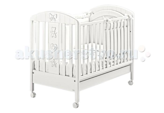Детская кроватка MIBB LumiereLumiereДетская кроватка Mibb Lumiere - это изящная и функциональная кроватка для детей с рождения и до 3-х лет. Кроватка выполнена в современном стиле из безопасных нетоксичных материалов по европейским стандартам качества.  Чистый и непринужденный белый цвет идеально вписывается в дизайн детской комнаты. Украшения в виде аппликаций с кристаллами Swarovski, придают кроватке уникальный шарм и изысканный блеск.  Рейки боковин находятся на безопасном для малыша расстоянии. Ложе устанавливается в 2-ух положениях по высоте в зависимости от возраста ребенка. Передняя боковина опускается для удобства укладывания ребенка.  Просторный ящик внизу кроватки подходит для хранения постельных принадлежностей или игрушек.  Четыре прорезиненных колеса делают кроватку маневренной и не царапают напольное покрытие. На двух колесах имеются тормозные фиксаторы. Кроватка Mibb Blanche Lumiere подарит Вашему малышу безопасный и комфортный сон.  Характеристики:  - от рождения до 3-х лет - опускающаяся боковая стенка - вместительный ящик для постельного белья или игрушек - 4 роликовых колеса со стояночным тормозом - аппликации с кристаллами Swarovski - 2 уровня ложа  Материалы:  - массив бука - ящик из МДФ - краски, лаки, клей (нетоксичные, безвредные) устойчивые к воздействию влаги.  Внешние габариты (Длина х Ширина х Высота): 133 х 72 х 100 см. Внутренние габариты для матраса (Длина х Ширина): 125 х 65 см.<br>