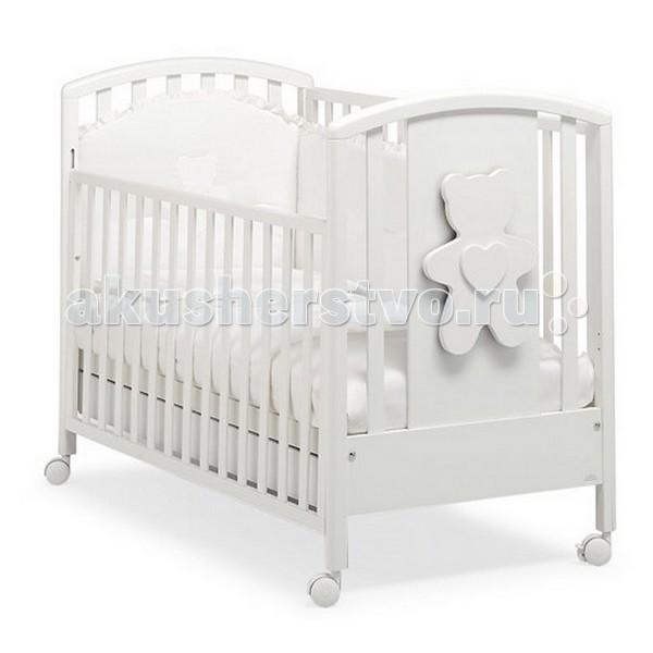 Детская кроватка MIBB New SoftNew SoftДетская мебель известной итальянской компании Mibb покорит Вас своим изящным внешним видом и высоким качеством сборки. Детская кроватка Mibb выполнена из массива бука.  Благодаря применению этого экологически чистого и прочного материала изделие сохранит первозданный вид и прослужит не одно десятилетие. Все детали кроватки имеют идеально отполированные поверхности. Они обработаны нетоксичными лаками и красками. Высококачественное покрытие, которое обладает защитными и декоративными свойствами, устойчиво к внешним воздействиям.  Лакокрасочные материалы, не вызывающие аллергические реакции, безопасны для здоровья вашего ребенка. Глянцевое покрытие защитит нежную кожу малыша от заноз.  Кроватка Mibb не имеет острых углов, что значительно повышает безопасность эксплуатации кровати. Ваш кроха не получит ни ушибов, ни ссадин.   Детская кроватка Mibb оборудована четырьмя колесами, два из которых оснащены фиксаторами. Колеса помогают перемещать кроватку по комнате, а фиксирующий механизм делает неподвижной.   Ложе кровати из буковых ламелей можно отрегулировать в двух положениях по высоте. Спроектирована таким образом, что переднюю стенку можно опустить. Фасады кроватки сделаны из ламинированного МДФ.  В кроватке Mibb есть вместительный ящик для хранения белья и предметов, необходимых в процессе ухода за малышом.   Кровать Amici New Soft не только создаст уютную атмосферу в детской комнате, она совмещает в себе оригинальный дизайн и функциональность. Украшена объемной аппликацией медвежонка.  Размер матраса в кроватку: 125х65 см. Размеры кроватки (ДхШхВ): 132х79х107 см.<br>