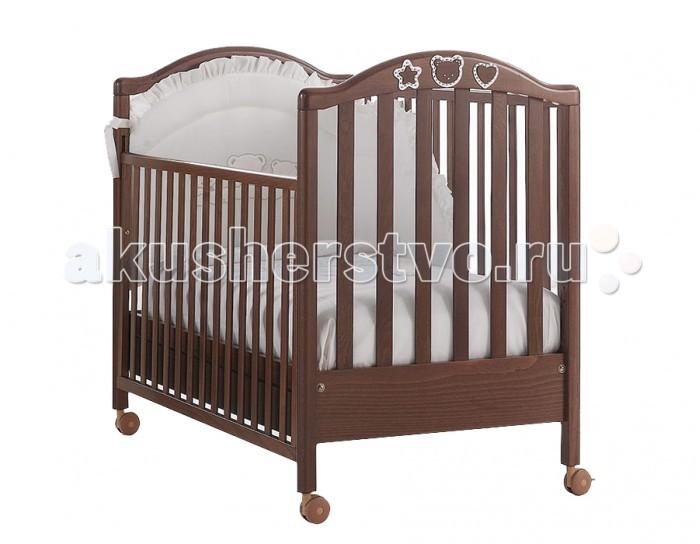 Детская кроватка MIBB ScintillaScintillaУже 46 лет итальянская компания Mibb заботится о комфорте своих маленьких клиентов. Каждое изделие выполнено с особым вниманием и любовью к малышам.  Детская кроватка Mibb Scintilla сделана из массива бука. Благодаря применению этого экологически чистого и прочного материала мебель сохранит первозданный вид и прослужит не одно десятилетие.  Все детали кроватки имеют идеально отполированные поверхности, тщательно обработанные нетоксичными лаками и красками.  Высококачественное покрытие, которое обладает защитными и декоративными свойствами, устойчиво к внешним воздействиям. Лакокрасочные материалы, не вызывающие аллергические реакции, безопасны для здоровья вашего ребенка.  Глянцевое покрытие защищает малыша от заноз. Mibb Scintilla не имеет острых углов, что значительно повышает безопасность эксплуатации кровати. Больше никаких ушибов и ссадин!  Детская кроватка оснащена четырьмя прорезиненными колесами, два из которых имеют фиксатор. Вращающиеся колеса помогают перемещать кроватку по комнате, а фиксирующий механизм позволяет Mibb Scintilla оставаться неподвижной.  Ложе кровати регулируется в двух положениях по высоте. Mibb Scintilla спроектирована таким образом, что переднюю стенку можно опустить.  В кроватке есть вместительный ящик с двумя отделениями для хранения белья и предметов, необходимых в процессе ухода за малышом. Доводчик, установленный в ящике, легко и бесшумно перемещается по шариковым направляющим.  Ящик оборудован системой блокировки от случайного выпадения. Детская кроватка Mibb Scintilla декорирована резными аппликациями в форме сердечка, звездочки и мордочки медвежонка.  Эти детали украшены стразами Swarovski, которые придают кроватке изысканность и утонченность.  Размер матраса в кроватку: 125х65 см.  Размеры кроватки (ДхШхВ): 133х72х106 см.<br>