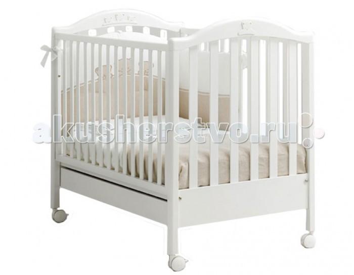 Детская кроватка MIBB TenderTenderДетская кроватка Mibb Tender - это классическая кровать, которая будет способствовать безопасному и спокойному сну малыша. Кроватка отлично вписывается в современный дизайн детской комнаты и станет ее достоянием.  Резные аппликации в виде мишек замечательно украшают кроватку и дополняют ее. Кроватка подходит для детей с рождения и до 3-х лет. Для удобного укладывания малыша предусмотрено опускание передней стенки.  Ложе устанавливается в 2-ух положениях по высоте в зависимости от возраста ребенка. Для безопасности крохи рейки боковин находятся оптимальном расстоянии.  Верхняя часть бортиков с силиконовыми накладками, которые предотвращают травмы десен во время прорезывания зубов и сохраняют внешний вид кроватки.  Вместительный ящик внизу кроватки подходит для хранения постельных принадлежностей или игрушек. Четыре роликовых колеса делают кроватку маневренной и не царапают напольное покрытие.  На двух колесах имеются тормозные фиксаторы, которые надежно удерживают кроватку на месте.  Характеристики:  - от рождения до 3-х лет - опускающаяся боковая стенка - вместительный ящик для постельного белья или игрушек - 4 роликовых колеса со стояночным тормозом - аппликация в виде мишек - 2 уровня ложа  Материалы:  - массив бука - ящик из МДФ - краски, лаки, клей (нетоксичные, безвредные) устойчивые к воздействию влаги.   Внешние габариты (Длина х Ширина х Высота): 133 х 72 х 106 см. Внутренние габариты для матраса (Длина х Ширина): 125 х 65 см.<br>