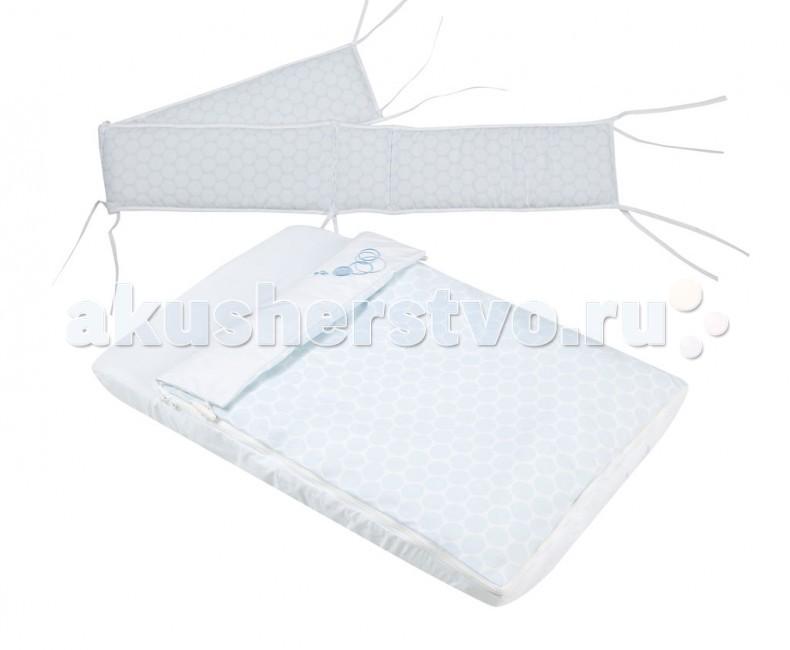 Комплект в колыбель Micuna для Cododo TX-1640для Cododo TX-1640Постельное белье Micuna для колыбели Cododo TX-1640  Коллекция текстиля для детской комнаты от испанской компании Micuna создана из натурального хлопка самой тонкой выделки. Нежная, гипоаллергенная ткань благоприятна для кожи малышей. Она легко стирается и быстро сохнет. Наполнитель мягких бортиков – холлофайбер – состоит из пустотелых полиэстеровых волокон, скрученных в форме пружин. Обеспечивает лучшую, чем синтепон, теплоизоляцию и меньше слёживается. Текстиль Micuna – гарантия настоящего качества.   В комплект входят:  мягкие бортики на 3 стороны колыбели: высота 20 см;  одеяло+пододеяльник: 60х40 см;  простынь на резинке: 70х45 см.   Основные характеристики:  100% хлопок;  наполнитель – холлофайбер;  вышивка, аппликация;  одеяло и простынь соединяются молнией.<br>