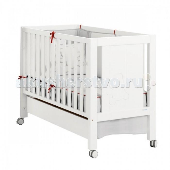 Детская кроватка Micuna Neus Relax 120х60Neus Relax 120х60Чудесная кроватка Micuna Neus 120х60 обладает уникальным дизайном, который впишется в любую комнату. Выполнена из натурального бука, покрыта безвредными красками и лаками из натуральных компонентов на водной основе. Дно регулируется по высоте, бортик можно опустить или снять, тем самым трансформируя кровать для младенца в уютный диванчик, самоцентрирующиеся колеса со стопорами плавно скользят, не портя покрытие пола.  Не секрет, что в первые месяцы серьёзный дискомфорт малышам доставляет срыгивание после грудного кормления, особенно в период болезни или простуженного состояния. В этих случаях педиатры советуют немного приподнимать матрас – это поможет предотвратить спазмы и улучшит дыхание ребёнка. Специально для этого компания Micuna разработала систему Relax, которая характеризуется своей удивительной простотой. Теперь Вы можете регулировать уровень наклона ложа легко и быстро, не снимая матрас и постельное бельё.   Преимущества Relax: облегчает дыхание малыша при простуде;  снижает накопление газов;   Особенности: - Положение ложа - 2 - Без ящика - Пластиковые накладки - с накладками - Размер спального места - 120х60 см - Материал - бук, МДФ - Покрытие - нетоксичные лаки и краски на водной основе - Колеса с блокировкой - Закрытая фурнитура (шурупы, болты) - Подвижные элементы оснащены замками безопасности - Бортик кроватки можно опустить или убрать совсем - Отсутствие острых углов и выступающих деталей - Регулируемое по высоте ложе - 2 позиции  Размеры: - Размер спального места - 117 х 59 см - Расстояние между ламелями (планками) - 45-65 мм - Габариты кроватки - 125 х 95 х 65,5 см<br>