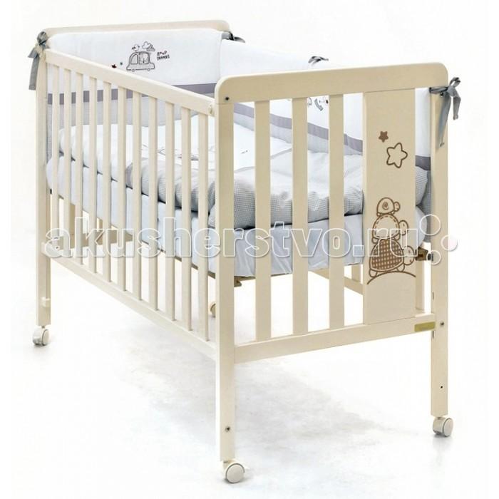 Детская кроватка Micuna Promotortuguitas 120х60Promotortuguitas 120х60Детская кроватка Micuna Promotortuguitas 120х60 замечательно впишется в интерьер детской комнаты, кроватка веселая и очень красивая.  Кроватки испанской компании Micuna изготавливаются в Валенсии из экологически чистых материалов. В первую очередь, это бук – традиционное дерево для мебели и музыкальных инструментов. Элементы из МДФ – материала, созданного без применения эпоксидных смол и фенола на основе природного полимера лигнина, дополняют конструкцию. Краски и лак, которыми покрывают кроватки, приготовлены из натуральных компонентов и не создают вредных испарений.  Особенности: материал: бук, МДФ бортик кроватки регулируется по высоте или полностью снимается – кроватку можно превратить в диванчик ложе регулируется по высоте – 3 позиции закрытые болты и шурупы, безопасные для детских пальчиков колёсики со стопором – кровать легко перемещать по квартире и фиксировать на месте дополнительная опция – качалка (приобретается отдельно) в комплект не входит ящик для кровати (можно заказать дополнительно)<br>