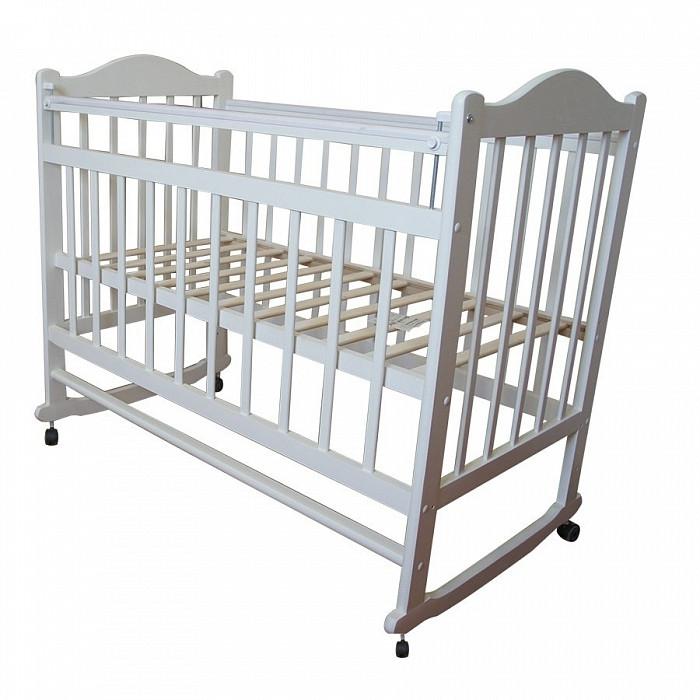 Детская кроватка Ивашка Мой малыш 1 колесо-качалкаМой малыш 1 колесо-качалкаДетская кроватка Ивашка Мой малыш 1 колесо-качалка выполнена из экологичных, гипоаллергенных материалов.   Кроватка обладает высоким качеством и комфортом, как для ребенка, так и для родителей. Благодаря современному дизайну и спокойной, мягкой расцветке она впишется в интерьер любой спальни или детской комнаты.  Кровать изготовлена из массива березы Имеются полозья для качания, также можно установить колесики для удобства перемещения кровати по квартире Положение боковой планки регулируется опускающимся устройством Боковая стенка съемная Двойной уровень поддона Днище - реечное<br>