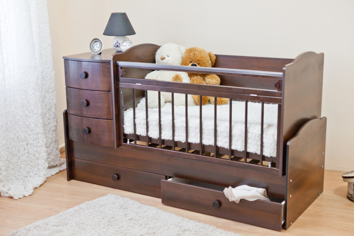 Кроватка-трансформер Можга (Красная Звезда) Кирюша С859 (маятник поперечный)Кирюша С859 (маятник поперечный)Кровать Кирюша - это универсальная кровать - это и маятник для новорожденного, и комодик, и ящик для игрушек и постельных принадлежностей, и подростковая кровать, и письменный стол с тумбой! Отличная модель!  Материал: массив твердолиственных пород древесины, древесноволокнистая плита МДФ (закупается в Германии) (плита образуется прессованием древесных волокон при высоком давлении и температуре с участием лигнина (естественное связующее вещество в межволоконном взаимодействии)). Изделия из МДФ устойчивы к грибкам и микроорганизмам.    Отделка красителями на водной основе, применяются безопасные полиуретановые лаки и эмали. Тип:маятниковый механизм поперечного качания с фиксатором. Закрытый глубокий ящик для хранения детских принадлежностей и игрушек исключает запыление. Кроме того, кровать укомплектована комодом с тремя вместительными ящиками. Гнутоклеёные передние панели ящиков комода соответствуют последним веяниям европейской моды. Другие детали ящиков комода плоскоклеёные. Ложе кроватки регулируется по высоте в двух положениях. Мы применяем на верхней планке бокового ограждения защитную накладку, которая защитит кроватку от острых зубов малыша и вместе с тем предохранит от повреждения десны и зубки малютки. Боковое ограждение состоит из двух частей, из которых верхняя часть откидывается вниз. Для этого необходимо одновременно отжать ручки с обеих сторон ограждения (ЗПУ-8).   Изюминка данной модели в ее функциональности. Когда малыш научится ходить, и его нужно приучать к собственной кровати - Вы легко трансформируете детскую кроватку в удобный диванчик, просто сняв боковую стенку. Малыш самостоятельно будет забираться в кроватку, ящики под кроватью послужат для игрушек, а в комоде по-прежнему будут хранится вещи и постельные принадлежности. Когда малышу исполнится 3 года, кровать Кирюша можно трансформировать в целую комнату: подростковую кровать (длиной 1