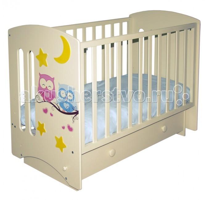 Детская кроватка Можгинский лесокомбинат Laluca Софи Совята (поперечный маятник)Laluca Софи Совята (поперечный маятник)Детская кроватка Можгинский лесокомбинат Laluca Софи Совята имеет симпатичный внешний вид и достаточно широкий функционал.   Особенности:  Передняя стенка регулируется по высоте в трёх уровнях и снимается полностью, что оценят родители, которые предпочитают приставлять детскую кроватку на ночь к своей. Регулируется уровень высоты подматрасника в три положения позволяют с удобством использовать кроватку от самого рождения до 3-х лет. Снизу кроватки есть вместительный ящик для белья на телескопических направляющих. Максимально выдвигается и не выпадает! В комплектации есть колёса, на которые можно будет поставить кроватку без установки маятника. Передняя и задняя стенки (решётки) изготовлены из дерева (берёза), все остальные детали из МДФ. Покрытие на полиуретановой основе абсолютно безвредно для детей, что подтверждено сертификатами.<br>