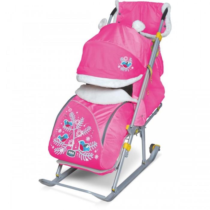 Санки-коляска Ника Детям 6Детям 6Санки-коляска Ника Детям 6 предназначены для перевозки детей в положении сидя и лежа.  Чехол выполнен из влагонепроницаемого износоустойчивого полиэстера.  Прочный и легкий металлический каркас, легко складывается.  Широкие полозья обеспечивают легкое скольжение по снегу.  Характеристики: плоские полозья 40 мм пятиточечный ремень безопасности складной трехсекционный козырек высокий с декоративными ушками и меховой окантовкой плавная регулировка спинки до положения лежа чехол для ног с 2-мя молниями для удобного открывания с двух сторон подножка с регулируемым наклоном ног, позволяющая ребенку в положении лежа комфортно вытягивать ножки светоотражающий кант колесо для удобной транспортировки перекидная ручка широкое посадочное место смотровое окошко для наблюдения за ребенком сумка для мамы<br>