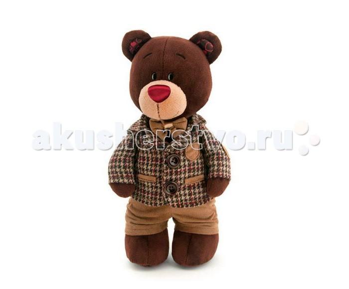 Мягкая игрушка Orange Медведь Choco стоячий в клетчатом пиджакеМедведь Choco стоячий в клетчатом пиджакеМягкая игрушка Orange Медведь Choco стоячий в клетчатом пиджаке - это галантный медведь, выполненный из мягкого плюша, приятного на ощупь. Стильный кавалер облачен в коричневые штанишки, пиджак в клетку, а на шее модника красуется бабочка в тон четко подобранного образа.   Медведь Choco станет поводом для создания множества интересных романтических историй со своим участием, с ним увлекательно играть и обдумывать детали плюшевых приключений.  Особенности: Компактную и легкую игрушку малыш всегда сможет брать с собой на прогулку. Крепкие швы надежно удерживают набивку игрушки внутри.  Такой очаровательный добродушный медвежонок окажется хорошим подарком не только детям, но и взрослым.  Компания Orange является одним из лидеров в производстве мягких игрушек и текстильных аксессуаров. Изделия российского бренда славятся безупречным качеством исполнения и тщательно продуманным дизайном. Продукция Orange Toys состоит из нескольких коллекций, выполненных в разных цветовых и стилистических решениях.<br>