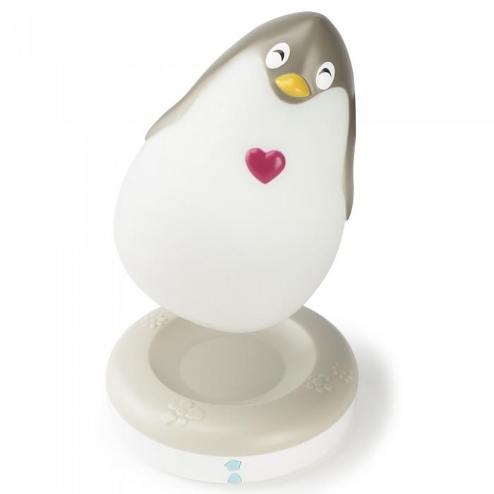 Pabobo Ночничок ПингвинНочничок ПингвинЧудный ночничок «Lumilove Penguin» от французского бренда Pabobo может служить Вашему ребенку как ночничком в ночное время, так и занимательной игрушкой в дневное!  Днём его можно обнимать, рассказывать ему истории, брать его с собой играть…  А как только наступает ночь, пингвин начинает светиться мягким светом и в течение 15 минут проигрывает нежную колыбельную мелодию.  Этот замечательный пингвиненок не нагревается и его можно брать с собой в кровать под одеяло – особенно после того, как малыш чего-то испугался или расстроился!   Светильник-игрушка «Lumilove Penguin» автоматически включается, как только Вы снимете его с подставки или если кончается заряд! Вам обеспечено 11 часов автономной работы с яркой подсветкой. Чтобы зарядить пингвина, просто поставьте светильник-игрушку на его подставку: умное решение!<br>