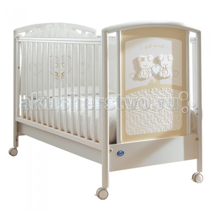 Детская кроватка Pali Smart Maison BebeSmart Maison BebeНеобычайно нежная кроватка Smart Maison Bebe от итальянского производителя компании Pali наполнит комнату малыша светом благодаря своему элегантному, романтичному дизайну.  Простота основных линий оттеняется роскошным дополнением - шикарно отделанной торцевой панелью, украшенной деревянными аппликациями и изысканной росписью. Два мишки, держащие сердечко, расположены в верхней части, нижняя же вся покрыта белыми завитушками на кремовом фоне, что желает ее похожей на тончайшее кружево.  Кроватка хороша как с эстетической, так и с практической точки зрения: экологически чистые материалы (натуральная древесина бука, безопасные лаки, краски и клей) абсолютно безопасны даже для новорожденных, а отличное качество сборки позволит ей прослужить долгие годы. Все части отполированы, все ребра деталей скруглены, а на вертикальных поверхностях боковых стенок закреплены силиконовые накладки - лучший способ уберечь как кроватку, так и нежные десны малыша во время прорезывания зубок.  Реечное днище имеет два уровня высоты (верхнее - для новорожденного, нижнее - для более старшего малыша, умеющего садиться и начинающего вставать), а съемные боковые стенки кроватки с легкостью опускаются на 20-25 см, чтобы облегчить маме доступ в кроватку. Расстояние между вертикальными рейками составляет 6 см - ручка или ножка ребенка не застрянут между ними во время игры или сна. Ножки кроватки оканчиваются колесиками с блокираторами, которые позволяют без труда передвигать ее с места на места, не прибегая к чьей-либо помощи.  Особенности: -      Спинки сплошные/реечные -      Стенки реечные -      Днище реечное -      Передняя стенка опускающаяся, съемная<br>
