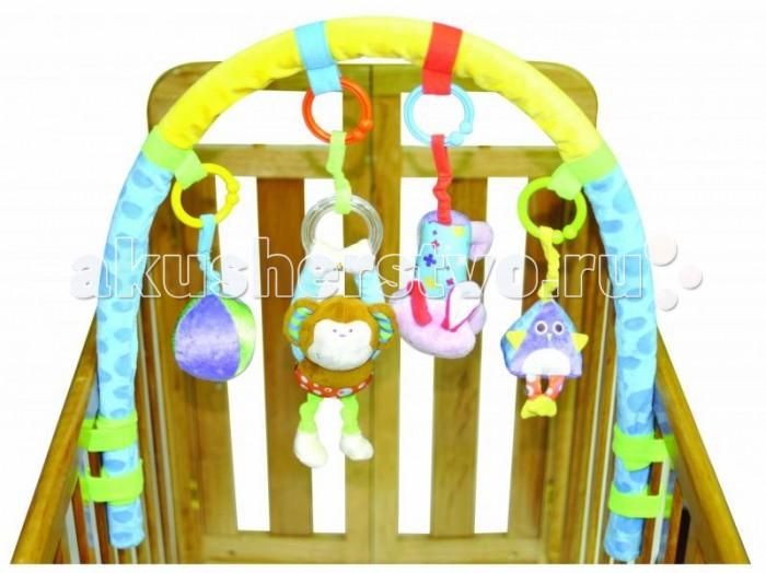 Parkfield Игровая дуга с подвескамиИгровая дуга с подвескамиParkfield Игровая дуга с подвесками  Мягкая игровая дуга с 4 подвесками: 81532А плюшевый мячик плюшевая сова плюшевая обезьянка плюшевый зайчик.  Мягкая игровая дуга с 4 подвесками: 81532B плюшевая собачка плюшевая сова плюшевый бегемотик-погремушка погремушка в форме цветка.  Игровая дуга несомненно порадует Вашего малыша приятными, сочными цветами, мягким текстилем и весёлыми игрушками. Красочный дизайн и контрастные цвета стимулируют чувственное восприятие и развитие малыша. Стараясь дотянуться и схватить игрушки, висящие на дуге, малыш развивает навыки мелкой моторики. Легко закрепляется на кроватку с помощью пластиковых фиксаторов. Мягкая дуга и крепления абсолютно безопасны для малыша.  Материал: текстиль, пластик<br>