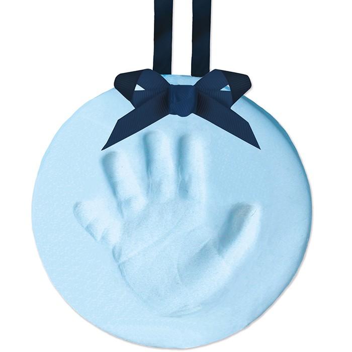 Pearhead Подарок на ленточке Пяточка-Ладошка (Отпечаток)Подарок на ленточке Пяточка-Ладошка (Отпечаток)Прекрасный выбор или праздничное украшение для дома. Вы сможете самостоятельно создать прекрасный и трогательный сувенир для своих близких.  Комплект включает все необходимые инструменты для изготовления отпечатка ручки и ножки Вашего ребенка: слепочный материал, деревянный валик, кольцевой пуансон, сатиновые ленты, дырокол.   Компания Pearhead создает неповторимые подарочные наборы и товары для детей и домашних питомцев с 1999 года. Оригинальная продукция отличается простотой и функциональностью дизайна, при этом передает невероятную чувственную красоту домашнего декора. Pearhead - это бережное отношение к традициям и уважение к семейным ценностям в сочетании с яркими инновационными идеями.<br>