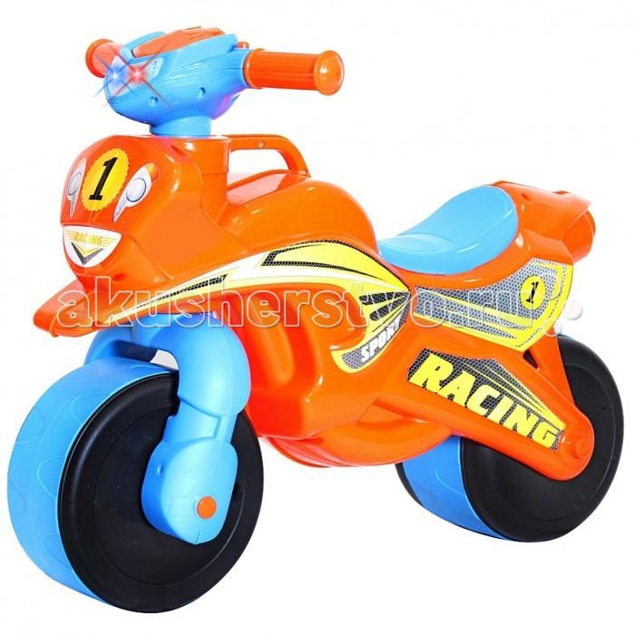 Каталка R-Toys Motobike со светом и сигналамиMotobike со светом и сигналамиПервый беговел для малышей. Яркий дизайн и аэродинамические формы этого беговела оценят стильные родителям и их дети.   Благодаря своей удобной конструкции кататься на этой каталке смогут даже самые маленькие дети от 18 месяцев. Польза беговелов для детей давно доказана. Каждый малыш от 18 месяцев должен начинать знакомиться с транспортом со своего первого беговела.   Езда на беговеле позволит малышам получить первые навыки управления транспортом. Широкие колеса обеспечивают устойчивость беговела.   Безопасность - 10 баллов. Руль имеет эргономичную форму и позволяет безопасно управлять каталкой.  Уникальность беговела в том, что угол поворота руля сделан таким образом, чтобы быть безопасным в использовании. Грамотно продуманный угол поворота (неполный), что дает малышу безопасное маневрирование и безопасно поворачивать, не позволяя беговелу перевернуться.  Проходимые колеса предназначены для любых дорог.  Эргономичное сиденье шириной 12 см - малышу будет очень удобно.  Уникальная разработка инженеров - ручка для переноски. Это очень удобно.  Изготовлено из высококачественного и экологического пластика по самым современным европейским технологиям.  Максимальная нагрузка - 30 кг.  Размер беговела 67х52х32, высота сиденья 31 см<br>