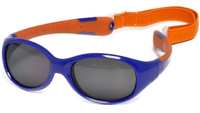 Солнцезащитные очки Real Kids Shades Детские с дужками гибкие 0+Детские с дужками гибкие 0+Безопасные солнцезащитные очки для детей с 0 до 2-х лет. Малыши могут кататься на качелях, висеть вверх ногами, плавать и играть без боязни того, что очки слетят в самый неподходящий момент.  Дети в очках Реал Кидс могут даже спать.Особенности детских очков Real Kids Shades:  100% защита детских глаз от ультрафиолетовых лучей (UVA и UVB).  Гибкая оправа Flex FitТМ, с дужками обтекаемой формы снижает до минимума риск повреждений детских глаз при одевании.  Очки не сломаются, если ребенок случайно сядет на них, или потянет дужки в разные стороны. Форма очков минимизирует воздействие периферийного света. Ударопрочные, травмобезопасные поликарбонатные линзы. Регулируемый, эластичный, съемный ремешок в комплекте. Очки хорошо держатся и не создают неудобств ребенку. Созданы с учетом подвижного образа жизни ребенка. Отдельное внимание уделено тому, чтобы очки хорошо сидели. Безопасность: не содержат свинец, бисфенол-А, фталаты. Соответствуют всем международным нормам безопасности EC, Австралии, Америки, России.Почему так важна защита от УФ-излучения? Глаза ребенка требует большей защиты от УФ-излучения, потому что:   Дети проводят больше времени на открытом воздухе, чем взрослые  Хрусталик ребенка пропускает к сетчатке больше УФ-лучей и коротковолнового видимого излучения  Повреждения, вызываемые УФ-излучением в сетчатке, кумулятивны. С возрастом это может привести к развитию катаракты и ряда других заболеваний и, соответственно, к потере зрения  Своевременная защита глаз ребенка в юном возрасте способствует предупреждению развития заболеваний. Именно поэтому компания Real Kids Shades уделяет особое внимание качеству детских солнцезащитных очков  Безопасность: не содержат свинец, бисфенол-А, фталаты.Патенты:  CPSIA Compliant  FDA регистрационный номер 3003984416  CE Европейская сертификация  США D485290, D485291, D485292, D485293  Австралии 158396, 2004201328<br>