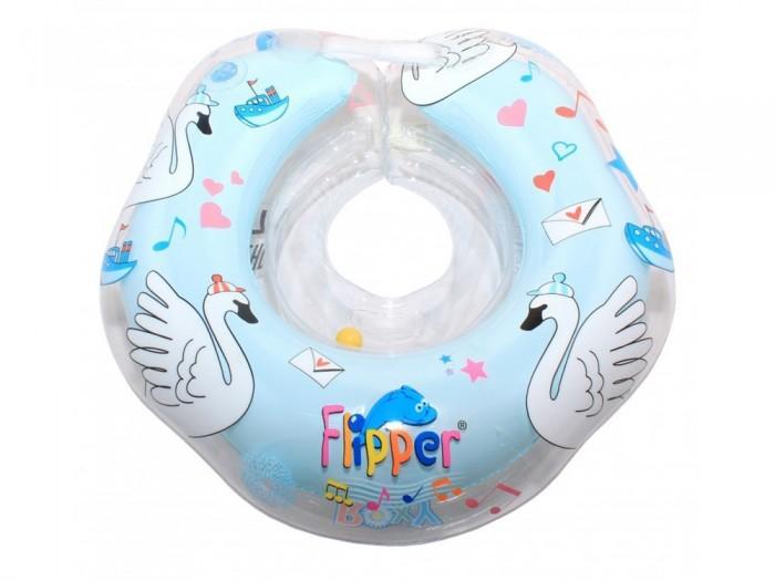 Круг для купания Roxy Flipper 0+ на шею музыкальныйFlipper 0+ на шею музыкальныйМузыкальный круг на шею для купания малышей Roxy Flipper с музыкой из балета Лебединое озеро. Музыкальный плавательный круг Flipper сделан специально для новорожденных и самых маленьких детей до 2 лет.  Он совершенно безопасный, надежный, прекрасно стимулирует природный плавательный рефлекс и поможет облегчить родителям процесс купания ребенка.  Забавная мелодия развеселит малыша и сделает купание еще увлекательнее и легче.  Как и у остальных кругов Flipper, безопасность круга с музыкой усилена дополнительно благодаря наличию второго внутреннего круга (внутренней камеры). Музыкальный круг для купания изготавливается из прочного, надежного материала - современного полимера.  Надежная удобная фиксация обеспечивается двумя удобными регулируемыми застежками-липучками и карабином из качественной пластмассы. Встроенные в круг батарейки защищены от попадания влаги и рассчитаны примерно на 4-5 месяцев.<br>