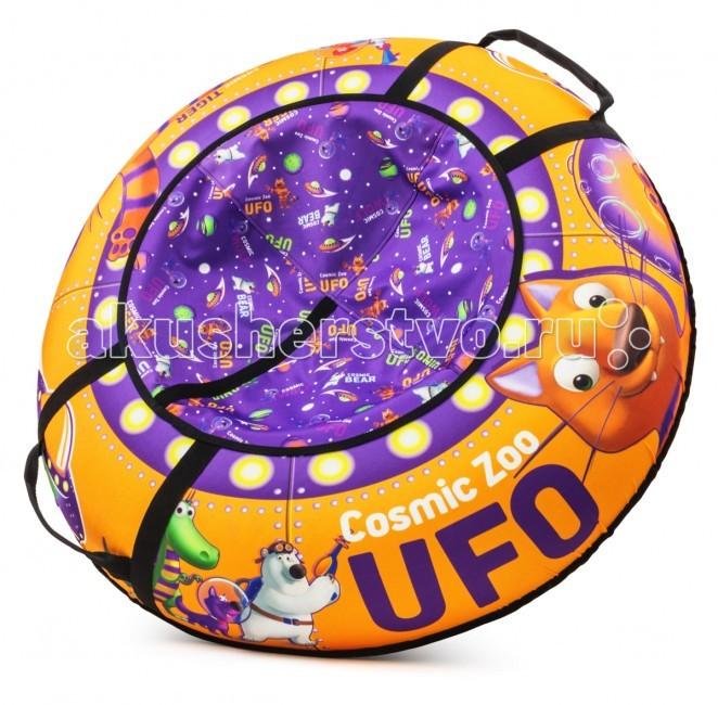 """Тюбинг Cosmic Zoo UfoUfoПредставляем Вашему вниманию новую яркую линейку надувных санок-ватрушек """"Cosmic Zoo Ufo"""".   Настоящее игрушечное НЛО. Это настоящая космическая летающая тарелка, на которой можно совершать полеты со снежных горок.  Веселые персонажи """"Космического Зоопарка"""" - волк, тигренок, динозаврик и медвежонок прилетели с планеты """"Мегарион"""", чтобы поиграть с Вашим малышом и прокатить на летающей тарелке. Яркие, красивые цвета надувных санок будут красиво смотреться на горке. Дизайн имеет все атрибуты """"настоящей"""" летающей тарелки - иллюминаторы, обшивку. Для большей схожести нарисованы планеты и летающей корабли.  Функциональность, надежность. У данных надувных санок есть по бокам ручки, за которые нужно держаться при спуске, а также тросик для подъема на горку. Санки-ватрушка """"Cosmic Zoo Ufo"""" имеют в комплекте чехол и камеру. Верх чехла сделан из водонепроницаемой, особо прочной ткани """"Поли Оксфорд"""", а низ - из тентового глянцевого ПВХ высокой прочности. ПВХ обеспечивает отличное скольжение и повышенную прочность. Также он устойчив к морозам. Внутрь ватрушки вставляется автокамера, которая идет в комплекте.   Большой максимально допустимый вес ездока. Санки-тюбинг Космический зоопарк выдерживают огромный вес ездока (до 120 кг) - это позволяет кататься на них и детям, и взрослым.  Плавайте на Cosmic Zoo UFO летом! Летающая тарелка не только съезжает со снежной горки, но и умеет плавать! После зимнего сезона ватрушку использовать летом для обучения плаванию или для игр на воде (например привязать к лодке), а также брать с собой к морю. Веселых Вам полетов на летающей тарелке """"Космик Зоо""""!  Правила накачки ватрушек:  1. Цветной чехол необходимо разложить на ровной поверхности, расправить.  2. В чехле необходимо расстегнуть молнию и аккуратно вложить в нее камеру нипелем вниз, расправив ее.  3. Накачивать необходимо авто-компрессором (от прикуривателя, например) или стационарным компрессором.  4. Качайте, пока автокамера не заполнит весь чехол и ватрушка не """