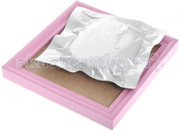 MiniMax Набор для создания отпечатка ручки или ножки малышаНабор для создания отпечатка ручки или ножки малышаСлепок ручки или ножки малыша в деревянной рамке украсит интерьер комнаты и поможет сохранить приятные воспоминания.  В набор входит специальное тесто для изготовления слепка, которое нужно тщательно размять, выложить в рамку, выровнять, затем приложить к нему ручку или ножку ребенка. После высыхания (в течение 24 часов) отпечаток можно будет повесить на стену. Рамку также можно поставить на стол (имеется опорный элемент).  В комплекте: рамка, материал для слепка.  Размер рамки: 18х18х2 см<br>