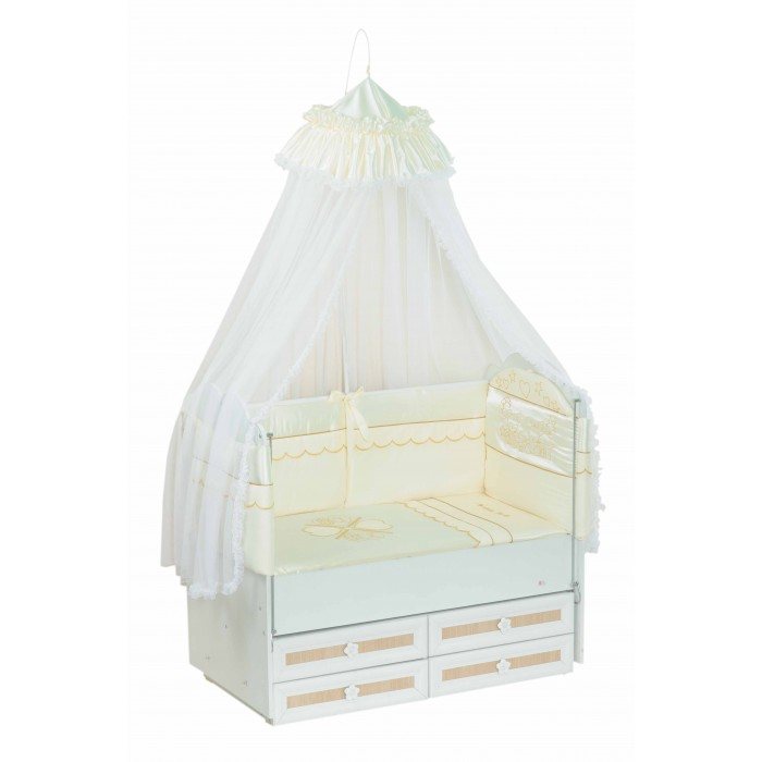 Комплект в кроватку Селена (Сдобина) Друзья (7 предметов)Друзья (7 предметов)Набор детского постельного белья Сдобина Друзья – это стильное, практичное, красивое, функциональное решение для детской кроватки по доступной цене. Белье отечественного производства радует доступностью цены и при этом достойным видом.  Состав:  1. Одеяло – 110х140 - (бязь — хлопок 100%; наполнитель - холлкон*); 2. Подушка – 40х60 - (бязь — хлопок 100%; наполнитель - холлкон); 3. Бампер – раздельный 2 части, 4 стороны (360 см) - (сатин** — хлопок 100%;  наполнитель - холлкон); 4. Балдахин - тюль (сетка) с отделкой из ткани атлас-сатин – (стандарт 500х170); 5. Пододеяльник – 112х142 - (сатин — хлопок 100 %); 6. Простынка с резинкой - (сатин — хлопок 100 %); 7. Наволочка 42х62 - (сатин — хлопок 100 %).  Балдахин для кроватки новорожденного: - Изготовлен из воздушной мелкоячеистой сетки; - Обеспечит малышу уют и спокойный крепкий сон; - Укроет Вашу кроху от яркого света; - Легкая воздухопроницаемость, но вместе с тем, повышенная защита от насекомых и пыли.  *Холлкон – волокно, используемое в качестве наполнителя изделий для новорожденных. Обеспечивает отличную теплоизоляцию, удерживая постоянную температуру во время сна, не вызывает аллергических реакций, является плохой средой для развития бактерий, можно многократно стирать и сушить.  **Сатин – одно из самых популярных плетений 100% хлопка. Благодаря диагональному переплетению из двойной крученой хлопковой нити, бельё обладает яркостью и сочностью цвета. Сатиновое постельное бельё имеет изысканный внешний вид, является мягкой, нежной, долговечной тканью, выдерживающей большое количество стирок, сохраняя при этом вид продукции экстра - класса.<br>
