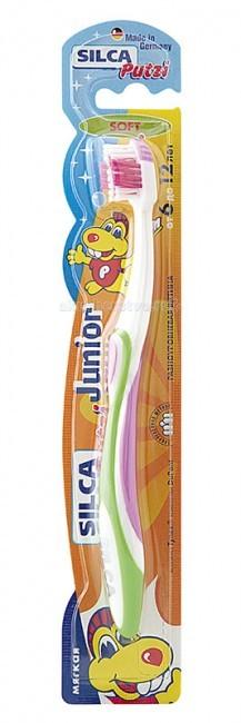 Silca Putzi Зубная щетка Junior 6-12 летPutzi Зубная щетка Junior 6-12 лет«SILCA Putzi Junior» - зубная щётка с мягкой разноуровневой щетиной, обеспечивающая бережный уход за зубами и деснами в возрасте от 6 до 12 лет.  Укороченная головка щетки с разноуровневой мягкой щетиной и широкой мягкой окантовкой обеспечивает бережный уход за зубами и деснами. Силовой выступ предназначен для очищения межзубных промежутков и труднодоступных мест. Короткие щетинки основного чистящего поля эффективно удаляют налет с жевательных поверхностей. Удлиненные наклонные внешние щетинки очищают гладкие поверхности, десневой желобок и мягко массируют десны. Абсолютно закругленная щетина не травмирует десны. При производстве щетины используется высококачественное волокно Tynex компании DuPont. Эргономичная трехкомпонентная ручка с упором для большого пальца, нескользящим покрытием и мягким закругленным кончиком.  Ручка: полипропилен BP 100-CB 25; ТПЭ Thermolast TPR Щетина: волокно TYNEX полиамид 6.12<br>