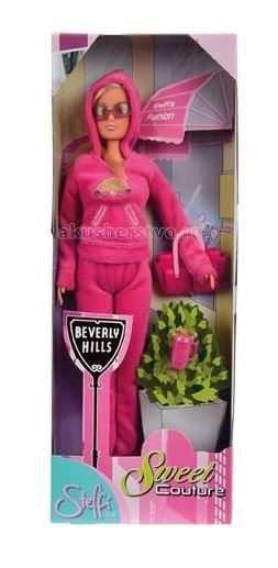 Simba Штеффи Beverly HillsШтеффи Beverly HillsКукла Simba Штеффи Beverly Hills без всякого сомнения понравится вашей дочке.   Эта кукла надолго станет настоящим другом вашему ребенку. Штеффи настоящая модница, ваша малышка сможет самостоятельно придумывать красивые прически для длинных волос Штеффи. Эта кукла одета в стильный спортивный наряд. У нее в руках любимая сумочка, подходящая по цвету к костюму, и розовая кружка для кофе.  Размер: 29 см<br>