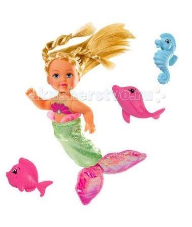 Simba Кукла Еви Русалочка с рыбкамиКукла Еви Русалочка с рыбкамиКукла Еви Simba русалочка с рыбками   Особенности:    Еви может перевоплощаться в любого персонажа. В этот раз она стала морской русалкой.   Кукла представлена в двух вариантах. У одной куколки синий блестящий хвост, а у второй зеленый.   У кукол красивые золотистые волосы, завязанные в красивые прически, которые блестят на свету.   Вместе с куклой в наборе идут дельфинчик, рыбка и морской конек.   Части тела кукол можно двигать.    В наборе:    кукла с тряпичным съемным хвостом  3 фигурки морских жителей   Высота Еви: 12см<br>