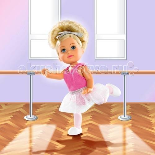 Simba Еви балеринаЕви балеринаКукла Еви Simba балерина - милая куколка с длинными волосами, которые можно расчесывать, создавая разнообразные причёски непременно понравится вашей малышке.   Кукла Еви стала балериной и одета в пачку, белые колготки и белые чешки в первом варианте, и в розовую и пачку и розовые колготки во втором варианте наборов. Волосы у Еви подвязаны серебристой лентой, завязанной бантиком. Тело куколки очень подвижно, что позволяет ей принимать различные позы.   Особенности:    Кукла сделана из высококачественного пластика  Руки и ноги куколки подвижны, куколку можно сажать  Волосы Еви можно расчесывать, делать различные прически  Вся одежда легко снимается, куколку можно переодевать  Благодаря своей компактности, ее можно брать в дальнее путешествие  Играя с куклой, ваша девочка придумает множество сюжетно-ролевых игр  В игре будут развиваться творческие способности, фантазия, воображение и артистические навыки, а также внимательность, мелкая моторика и координация движения рук   Размер куклы: 12 см<br>