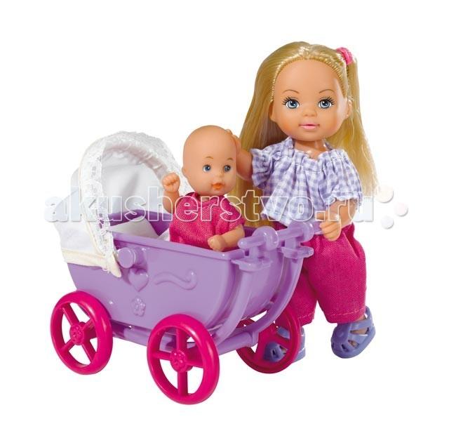 Simba Кукла Еви с малышом на прогулкеКукла Еви с малышом на прогулкеКукла Еви Simba с малышом на прогулке - милая куколка с длинными волосами, которые можно расчесывать, создавая разнообразные причёски непременно понравится вашей малышке.   Еви идет с малышом на прогулку. Малютке так удобно в маленькой коляске. А у Еви с собой все необходимое, чтобы покормить и переодеть ребенка.  В комплекте: куколка Еви, малыш, коляска, одеяло, подушка, поильник, соска, мисочка с ложкой и вилкой, игрушки.   Особенности:    Кукла сделана из высококачественного пластика  Руки и ноги куколки подвижны, куколку можно сажать  Волосы Еви можно расчесывать, делать различные прически  Вся одежда легко снимается, куколку можно переодевать  Благодаря своей компактности, ее можно брать в дальнее путешествие  Играя с куклой, ваша девочка придумает множество сюжетно-ролевых игр  В игре будут развиваться творческие способности, фантазия, воображение и артистические навыки, а также внимательность, мелкая моторика и координация движения рук   Высота куклы 12 см<br>