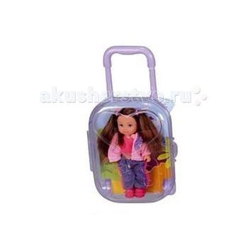 Simba Кукла Еви в чемоданчикеКукла Еви в чемоданчикеКукла Еви Simba в чемоданчике - милая куколка с длинными волосами, которые можно расчесывать, создавая разнообразные причёски непременно понравится вашей малышке.   Теперь у Еви есть свой дорожный чемодан, в который с легкостью поместятся комплект одежды и обуви. Он имеет размер 14х11 см, снабжен колесиками и выдвигающейся ручкой.    Особенности:    Кукла сделана из высококачественного пластика  Руки и ноги куколки подвижны, куколку можно сажать  Волосы Еви можно расчесывать, делать различные прически  Вся одежда легко снимается, куколку можно переодевать  Благодаря своей компактности, ее можно брать в дальнее путешествие  Играя с куклой, ваша девочка придумает множество сюжетно-ролевых игр  В игре будут развиваться творческие способности, фантазия, воображение и артистические навыки, а также внимательность, мелкая моторика и координация движения рук    В ассортименте 4 вида:   Еви-блондинка с двумя косами, в летнем белом в розовый цветок платье, синей трикотажной кофточке с коротким рукавом и на завязке, в малиновых туфлях на платформе;  Еви-блондинка с прической конский хвост, в розовой кофточке с воротником, джинсах, темно-синих туфлях и с малиновой сумкой через плечо;  Еви-брюнетка с двумя хвостами, в малиновом топе, теплой розовой кофточке, в комбинированных джинсах и малиновых туфлях;  Еви-блондинка с прической конский хвост, в трикотажной малиново-полосатой кофточке и джинсах, в малиновых кроссовках.   Высота куклы 12 см<br>