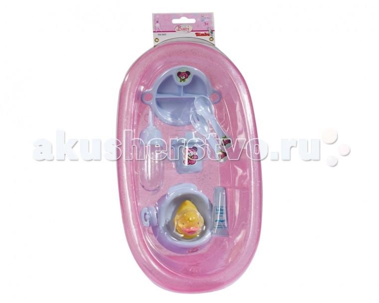 Simba New Born Baby ВанночкаNew Born Baby ВанночкаВанночка Simba New Born Baby - набор для купания кукол двух цветов на выбор, розовая с мерцающими блестками и нежно голубенькими аксессуарами или голубенькая с розовыми аксессуарами.  Все для того, чтобы помыть, намазать кремом, накормить, посадить на горшочек, и одеть в подгузник, любимую куколку в игровой форме.  Игрушки приятные на ощупь, с закругленными краями и удобны для детских ручек. Занимательные рисунки привлекут внимание и поднимут настроение ребенку.   В наборе 10 предметов:    ванночка,  резиновая уточка,  горшок,  соска,  присыпка,  бутылочка,  стакан-непроливайка,  столовые приборы,  тарелка.   Размер: 39 см, подойдет для кукол 38-43 см.<br>