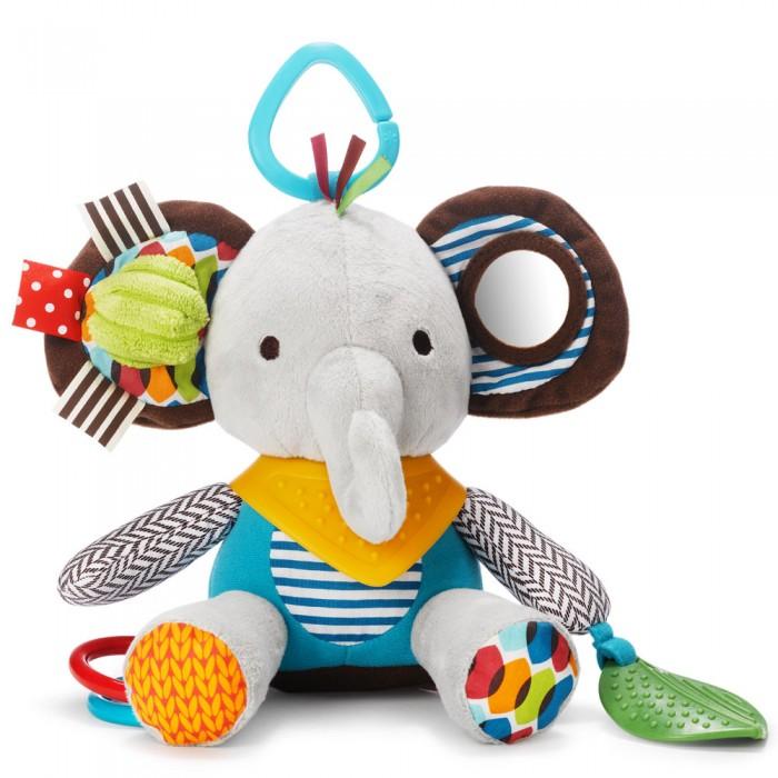 Подвесная игрушка Skip-Hop развивающая Bandana Palsразвивающая Bandana PalsОчень яркая игрушка обязательно привлечет внимание вашего малыша. Ткани ярких цветов и разных текстур помогут развить сенсорику. А еще эта игрушка гремит, если ее потрясти!   Игрушку можно использовать как прорезыватель для зубов - ваш малыш с удовольствием будет грызть колечко на лапке. А в маленькое зеркало на ушке/лапке можно рассмотреть свой носик!   Игрушка прекрасно подходит как для повседневных игр, так и для прогулок, так как её можно повесить на коляску, кроватку или детское автокресло.  Размеры игрушки (Д х Ш х В)  12.5 х 7.5 х 25 см<br>