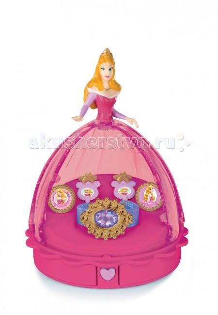 Smoby Кукла-шкатулка Принцессы ДиснеяКукла-шкатулка Принцессы ДиснеяКукла-шкатулка Smoby Принцессы Диснея – подарок, который не оставит равнодушной ни одну малышку. Ведь теперь у вашей маленькой леди будет красивая шкатулка, в которой она сможет хранить все свои милые украшения и любимые аксессуары. Шкатулочка создана в виде любимых всеми девочками героинями – диснеевскими принцессами. И чтобы положить в шкатулку украшение или другую маленькую вещичку, нужно просто отодвинуть подол платья любимой принцессы.  К тому же, в комплекте кроме шкатулки есть еще и симпатичный набор украшений: кольца, серьги и браслет. Их ваша малышка с удовольствием будет примерять и хвататься ими перед своими друзьями!<br>