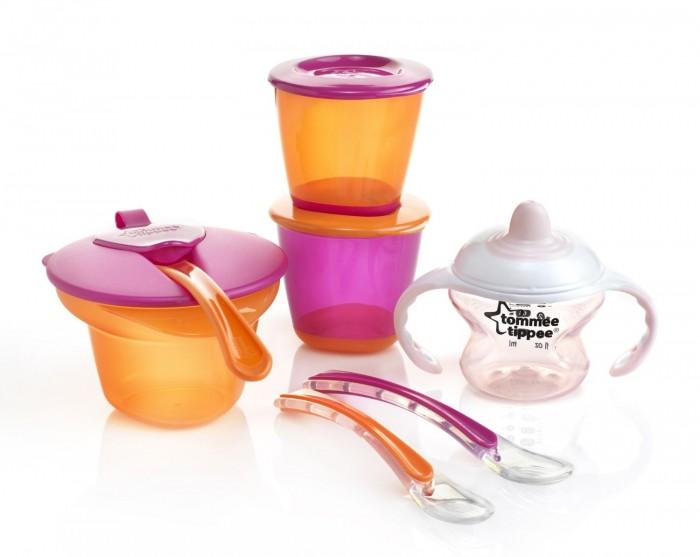 Tommee Tippee Набор для введения первого прикормаНабор для введения первого прикормаНабор для введения первого прикорма от Tommee Tippee поможет Вам перевести ребенка на искусственное питание. Набор рекомендуется малышам от 4 месяцев.   Посуда изготовлена из безопасных материалов: высококачественного пластика и силикона. Не содержит бисфенол-А. Все составляющие можно стерилизовать, разогревать в микроволновой печи и мыть в посудомоечной машине.  Набор состоит из двух контейнеров с крышками (можно использовать в холодильнике и морозильнике), двух силиконовых ложек для первого прикорма, обучающей чашки-непроливайки и тарелочки с крышкой и отделением для охлаждения и разминания пищи.  • контейнер для приготовления и хранения питания с гибким дном - 2 шт • ложечки силиконовые для введения первого прикорма - 2 шт • тренировочная чашка-непроливайка  • тарелочка с отделением для охлаждения и разминания пищи<br>
