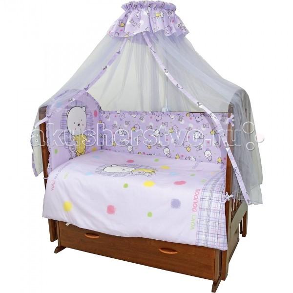 Комплект для кроватки Топотушки Мой Медвежонок (7 предметов)Мой Медвежонок (7 предметов)Комплект для кроватки Топотушки Мой Медвежонок (7 предметов) включает все необходимые элементы для детской кроватки.  Особенности: Комплект создает для Вашего ребенка уют, комфорт и безопасную среду с рождения; современный дизайн и цветовые сочетания помогают ребенку адаптироваться в новом для него мире.  Комплекты «Топотушки» хорошо вписываются в интерьер как детской комнаты, так и спальни родителей. Как и все изделия «Топотушки» данный комплект отражает самые последние технологии, является безопасным для малыша и экологичным.  Российское происхождение комплекта гарантирует стабильно высокое качество, соответствие актуальным пожеланиям потребителей, конкурентоспособную цену. Качество материала обеспечивает легкость стирки и долговечность. Двухсторонний пододеяльник и борт, имеют разные картинки с одной и с другой стороны. Для смены цветовой гаммы переверните пододеяльник и борт на другую сторону. Мягкий борт защитит малыша от сквозняков и убережет от возможных ударов о бортики кроватки. Борт по всему периметру кроватки состоит из 4-х частей, высота по периметру 40 см., изголовье 50 см. Балдахин длиной 4.5 метра создает для Вашего малыша индивидуальную зону комфорта: ограничивает проникновение яркого света, задерживает шум, препятствует сквознякам. В детской балдахин в свою очередь служит украшением интерьера. Одеяло абсолютно гипоаллергенно, воздушное и легкое, имеет хорошую теплоустойчивость. Легко стирается и не теряет свой объем.  Наполнитель – холлофайбер (экологически чистый материал). Подушка абсолютна гипоаллергенна, её высота оптимальная для головы новорожденного малыша согласно современным исследованиям.  Простынь на резинке обеспечивает идеальную посадку на матрац, не позволит  лишним складкам и заломам создать для ребенка дискомфорт Все постельные принадлежности в комплекте изготовлены из 100% натурального хлопка, безопасны и гипоаллергенны. Комплект упакован в подаро
