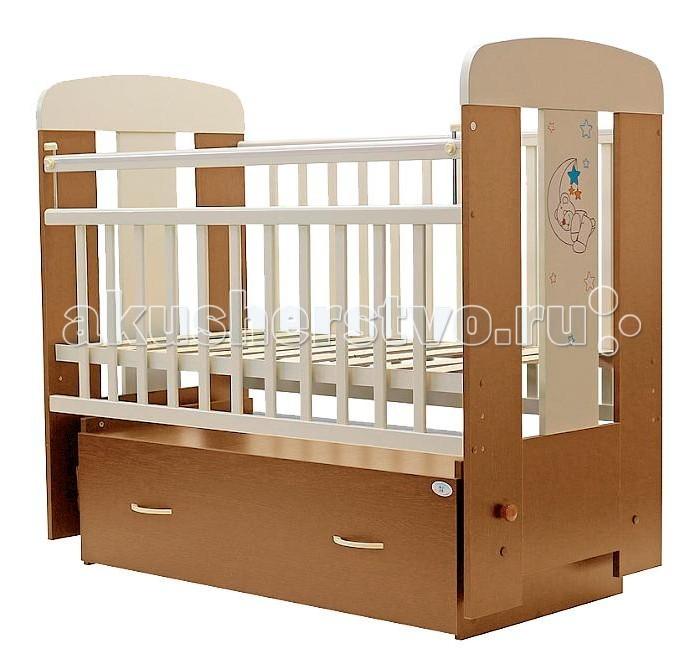 Детская кроватка Топотушки Верона (поперечный маятник)Верона (поперечный маятник)Украшающая кроватку аппликация в виде милого медвежонка спящего на луне подарит Вашему малышу хорошее настроение.   Удобная и функциональная детская кроватка «Верона» предназначена для новорожденных детей и используется до 4-5 лет. Изготовлена на современном оборудовании по итальянской технологии из натурального экологически чистого массива березы, что обеспечивает прочность и долговечность. Высокое качество отделки. Для окраски применяются лаки, не содержащие вредных для здоровья ребенка веществ. Украшают кроватку спинки оригинальной волнистой формы с декорированными цветами.  Эта модель оснащена маятниковым механизмом поперечного качания (эффект колыбельки). Маятник надежно фиксируется в заданном положении для дневного бодрствования или малышей постарше.  «Независимый» функциональный объемный выдвижной ящик на колёсиках в нижней части кроватки позволит удобно разместить и хранить детские вещи, постельные принадлежности, памперсы, игрушки и другие предметы обихода, не занимая дополнительного места.   Ложе кроватки – реечное, соответствует требованиям безопасности и комфортно для детского позвоночника. В сочетании с матрасом дает возможность правильно сформировать спинку ребенка.  Ложе имеет 2 положения высоты, Вы можете менять глубину кроватки в зависимости от возраста малыша, гарантируя его безопасное нахождение в ней: верхнее положение - для младенцев, нижнее для малышей которые уже садятся и самостоятельно встают на ножки.  Боковая стенка опускается при помощи автокнопки, когда кроха подрастет и научиться самостоятельно вылезать из кроватки боковой бортик можно снять, таким образом, кроватка трансформируется в уютный диванчик.  Расстояния между прутьями кроватки рассчитаны так, чтобы не пролезла голова любопытного крохи и не застряла ручка – это обеспечивает малышу максимальную безопасность во время сна и бодрствования!  Верхние перекладины боковых бортиков защищены силиконовыми нак