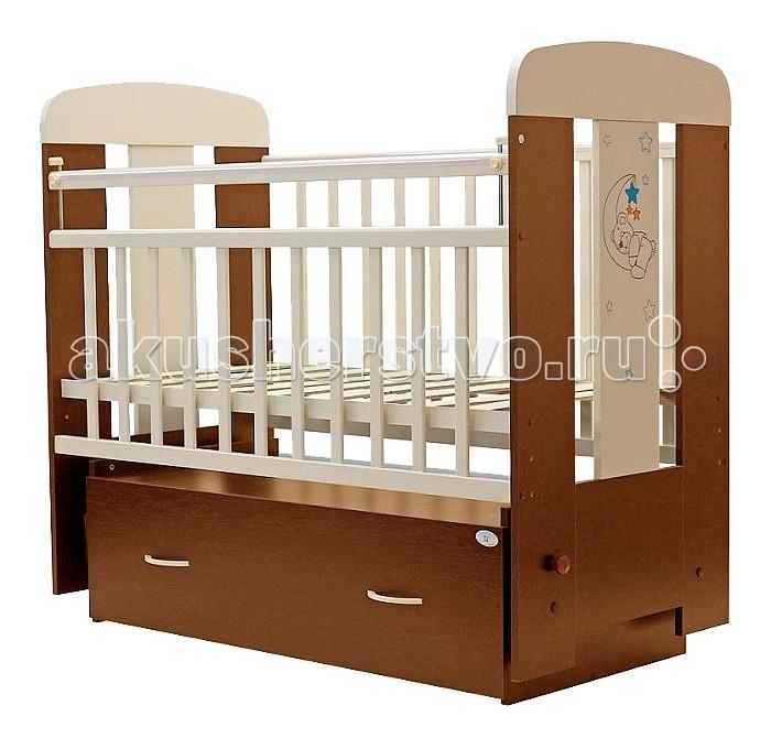Детская кроватка Топотушки Верона (поперечный маятник)Верона (поперечный маятник)Украшающая кроватку аппликация в виде милого медвежонка спящего на луне подарит Вашему малышу хорошее настроение.   Удобная и функциональная детская кроватка «Верона» предназначена для новорожденных детей и используется до 4-5 лет. Изготовлена на современном оборудовании по итальянской технологии из натурального экологически чистого массива березы, что обеспечивает прочность и долговечность. Высокое качество отделки. Для окраски применяются лаки, не содержащие вредных для здоровья ребенка веществ. Украшают кроватку спинки оригинальной волнистой формы с декорированными цветами.  Эта модель оснащена маятниковым механизмом поперечного качания (эффект колыбельки). Маятник надежно фиксируется в заданном положении для дневного бодрствования или малышей постарше.  «Независимый» функциональный объемный выдвижной ящик на колёсиках в нижней части кроватки позволит удобно разместить и хранить детские вещи, постельные принадлежности, памперсы, игрушки и другие предметы обихода, не занимая дополнительного места.   Ложе кроватки – реечное, соответствует требованиям безопасности и комфортно для детского позвоночника. В сочетании с матрасом дает возможность правильно сформировать спинку ребенка. Ложе имеет 2 положения высоты, Вы можете менять глубину кроватки в зависимости от возраста малыша, гарантируя его безопасное нахождение в ней: верхнее положение - для младенцев, нижнее для малышей которые уже садятся и самостоятельно встают на ножки.  Боковая стенка опускается при помощи автокнопки, когда кроха подрастет и научиться самостоятельно вылезать из кроватки боковой бортик можно снять, таким образом, кроватка трансформируется в уютный диванчик.  Расстояния между прутьями кроватки рассчитаны так, чтобы не пролезла голова любопытного крохи и не застряла ручка – это обеспечивает малышу максимальную безопасность во время сна и бодрствования!  Верхние перекладины боковых бортиков защищены силиконовыми накл