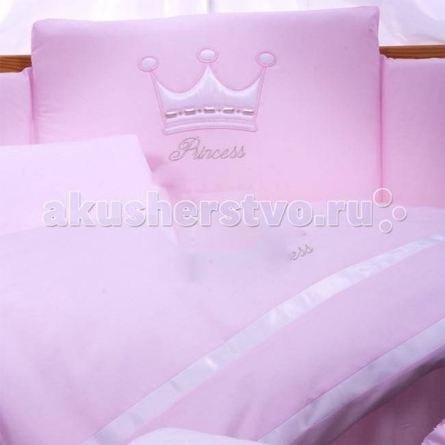 Комплект в кроватку Tuttolina Princess (6 предметов)Princess (6 предметов)Комплект Tuttolina Princess произведен из 100% польского хлопка. Набор пошит из комбинации приятных глазу цветных тканей, а прелестная аппликация в виде короны поможет малышу расслабиться и спокойно уснуть.  Состав комплекта из 6 предметов: защитное ограждение 360 х 30 см/40 см (у изголовья) из 4-х частей на молнии; Наполнитель - силиконизированный синтепон, который не боится глажки утюгом пододеяльник на молнии 105 см х 135 см наволочка 40 см х 60 см на молнии простыня 120 см х 60 см на резинке одеяло 100 см х 130 см подушка 58 см х 38 см материал: 100% хлопок  Tuttolina - польская торговая марка, которая специализируется на изготовлении качественного детского постельного белья для самых маленьких. В пошиве всех изделий ТМ Tuttolina используются 100% натуральные, гипоаллергенные ткани, такие как хлопок и сатин, которые имеют европейский сертификат качества и очень популярны в Европе.  Tuttolina изготавливает экологически чистое постельное белье для новонарожденных, наполнением которого является натуральный материал Trevira Bioactive. Этот наполнитель содержит в себе экстракт Алоэ Вера и обработан ионами серебра. В биоактивных волокнах Trevira действует активный фактор, гарантирующий постоянный антибактериальный эффект, на который не влияет стирка и использование изделия. Одеяло и подушка Tuttolina получили сертификат соответствия Медицинских изделий, выданный ITB Moratex. Кроме того в подушку и одеяльце для новонарожденного добавлен натуральный экстракт Алоэ, который обеспечивает здоровый и спокойный сон малыша, положительно влияет на кожу и не вызывает аллергии.<br>