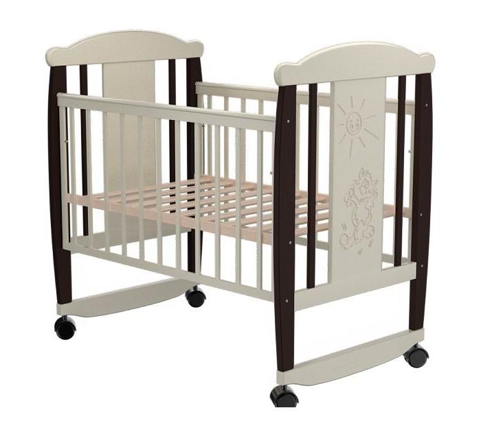 Детская кроватка Valle Cat 02 (колесо-качалка)Cat 02 (колесо-качалка)Удобная и функциональная детская кроватка Valle Cat 02 предназначена для новорожденных детей и используется до 4-5 лет.   Изготовлена на современном оборудовании из натурального экологически чистого массива березы, что обеспечивает прочность и долговечность. Высокое качество отделки. Для окраски применяются лаки, не содержащие вредных для здоровья ребенка веществ. Украшает кроватку декоративная резьба спинки.  Характеристики: Материал: целиковая древесина березы, декоративная вставка МДФ  Основание реечное регулируется по высоте Реечные панели по бокам не препятствуют естественной вентиляции Размер спального места стандартный 120х60, что позволяет легко подбирать постельное белье и матрасы для ребенка Для качания предусмотрены специальные полозья Передняя стенка опускаемая Для удобства перемещения есть четыре колесика На спинке кроватки очаровательная резьба - котик  Размер 125х65х118 см.<br>